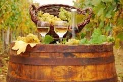 Vitt vin på trätrumma arkivbild