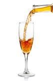 Vitt vin som häller i bägarecloseup Fotografering för Bildbyråer