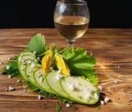 Vitt vin, zucchini och keso Royaltyfria Bilder