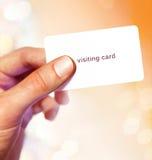 Vitt visitkort i hand arkivfoton
