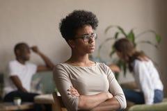 Vittima afroamericana turbata dello spaccone dell'emarginato dello studente soffrire da distinzione fotografia stock
