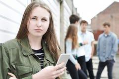 Vittima dell'adolescente di oppressione dall'invio di messaggi di testo fotografia stock libera da diritti