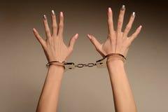 Vittima di modo Il concetto Belle mani femminili con il manicure in manette immagini stock libere da diritti