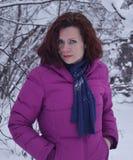Vittoria bianca sorridente graziosa della neve della giovane donna del ritratto di sorriso della gente di modo dei capelli del fr Immagini Stock Libere da Diritti