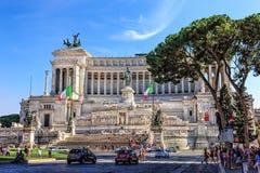 Vittoriano eller altare av fäderneslandet och den upptagna piazza Venezia arkivbilder