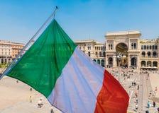 Vittorio Emanuele ΙΙ μνημείο στο Μιλάνο, Ιταλία με την ιταλική σημαία στοκ φωτογραφία με δικαίωμα ελεύθερης χρήσης