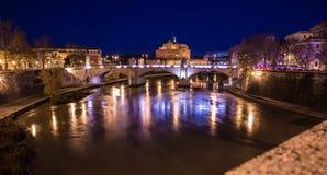 Vittorio Emanuele II Brug en St Angelo Castle bij nacht Royalty-vrije Stock Afbeeldingen