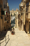 Vittoriosa,马耳他陡峭的街道  免版税图库摄影