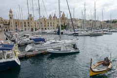 Vittoriosa en av de tre städerna över den Valletta fjärden, Malta Arkivbild