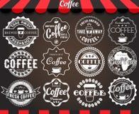 Vituppsättning av retro kaffeetiketter och emblem för rund tappning på svart tavla Arkivbild
