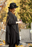 Viuda en el cementerio Imagen de archivo