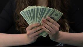 Viuda que contaba de nuevo millares de dólares, dinero que disfrutaba ella consiguió, concepto de la herencia almacen de metraje de vídeo