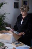 Viuda que lee viejas letras Foto de archivo