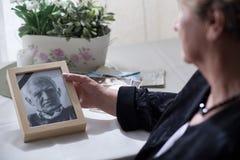 Viuda que mira la foto Imágenes de archivo libres de regalías