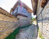 Viuzza sul paesino di montagna di Zheravna in Bulgaria Immagine Stock Libera da Diritti