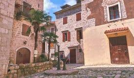 Viuzze dello stretto di Cattaro di vecchia città storica Alloggi la vecchia pietra dei ciechi luminosi di tela di secchezza del s Fotografie Stock Libere da Diritti