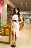 Viva inteiramente Compra bonita agradável da jovem mulher ao andar através da alameda foto de stock royalty free