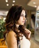 Viva inteiramente Compra bonita agradável da jovem mulher ao andar através da alameda imagem de stock royalty free