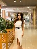 Viva inteiramente Compra bonita agradável da jovem mulher ao andar através da alameda fotografia de stock
