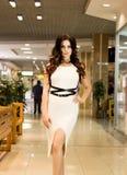 Viva inteiramente Compra bonita agradável da jovem mulher ao andar através da alameda fotos de stock