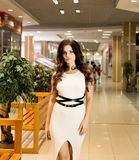 Viva inteiramente Compra bonita agradável da jovem mulher ao andar através da alameda fotos de stock royalty free