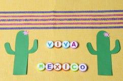 Viva Mexico hizo de letras coloridas y del cactus del Libro Verde imagen de archivo