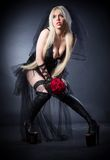 Viúva negra no sofrimento com flores com um véu Fotografia de Stock