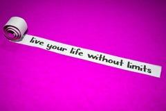 Viva sua vida sem o texto dos limites, conceito da inspiração, da motivação e do negócio no papel rasgado roxo imagem de stock
