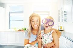 Vivacious маленькая девочка в нестандартных пластичных стеклах Стоковое фото RF