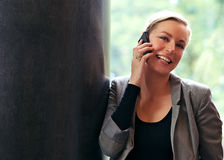 Vivacious Frau, die ein Mobile verwendet Stockfoto