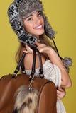 Vivacious junge Frauen-tragender Beutel Stockfoto