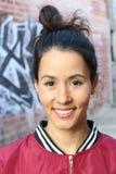 Vivacious młoda kobieta ono uśmiecha się szczęśliwie z naramiennym długości brunetki włosy i pięknym uśmiechem fotografia stock