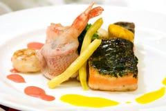 Vivaneau cuit à la vapeur avec des crevettes Photo stock