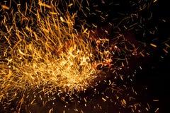 Vivant-charbons de étincellement chauds brûlant dans un barbecue Photographie stock libre de droits