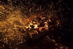 Vivant-charbons de étincellement chauds brûlant dans un barbecue Image stock