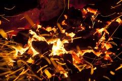 Vivant-charbons de étincellement chauds brûlant dans un barbecue Image libre de droits