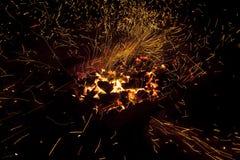 Vivant-charbons de étincellement chauds brûlant dans un barbecue Photo libre de droits