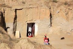Vivant dans la caverne-maison à Guadix espagnol, l'Andalousie photos stock