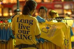 Vive de largo nuestro rey: Comerciante de la calle que vende las camisas Imagen de archivo libre de regalías