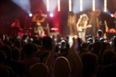 Vive el acto de la banda de rock en etapa con la audiencia. Foto de archivo