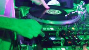 Vive el vinilo de DJ del rasguño en el movimiento metrajes