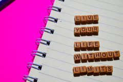 Vive la vostra vita senza messaggio di limiti scritto sui blocchi di legno Concetti di motivazione Immagine elaborata incrocio fotografie stock