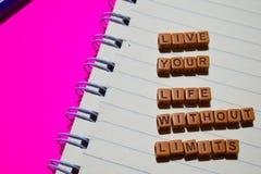 Vive sua vida sem a mensagem dos limites escrita em blocos de madeira Conceitos da motivação Imagem processada cruz fotos de stock