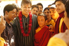 Vivek Oberoi med Gurukul studenter royaltyfri foto