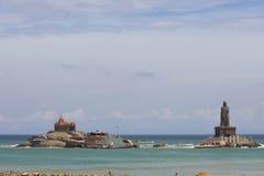 Vivekananda vaggar minnesmärken och den Thiruvalluvar statyn på kanyakumarien Royaltyfri Fotografi