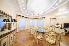 Vivendo e sala da pranzo con la mobilia di lusso della scrofa giovane Fotografia Stock Libera da Diritti