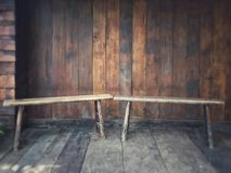 Viver nas cadeiras de madeira do traditioTwo tailandês situadas no terraço de madeira tradicional tailandês da casa com uma casa  Imagem de Stock