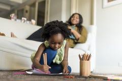 Vivere di riposo domestico della Camera della famiglia di origine africana fotografie stock libere da diritti