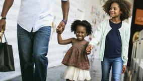 Vivere di riposo domestico della Camera della famiglia di origine africana fotografia stock libera da diritti