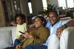 Vivere di riposo domestico della Camera della famiglia di origine africana immagini stock